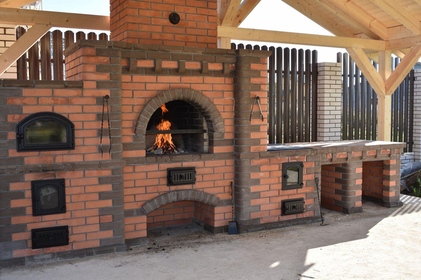 Печь-барбекю (48 фото): уличный комплекс с функцией барбекю из кирпича для дачи, жаровня и мангал для садовой беседки на улицу