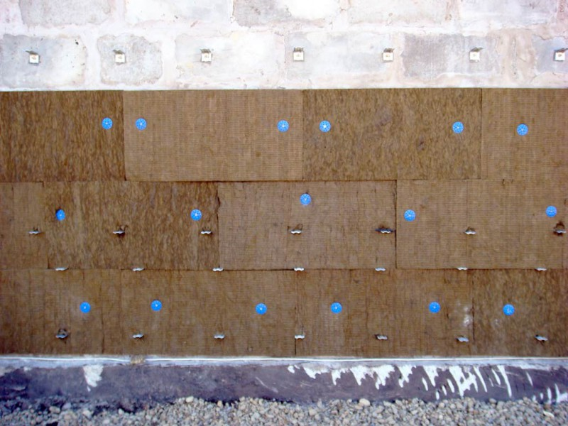 3 способа как можно крепить к стене утеплитель