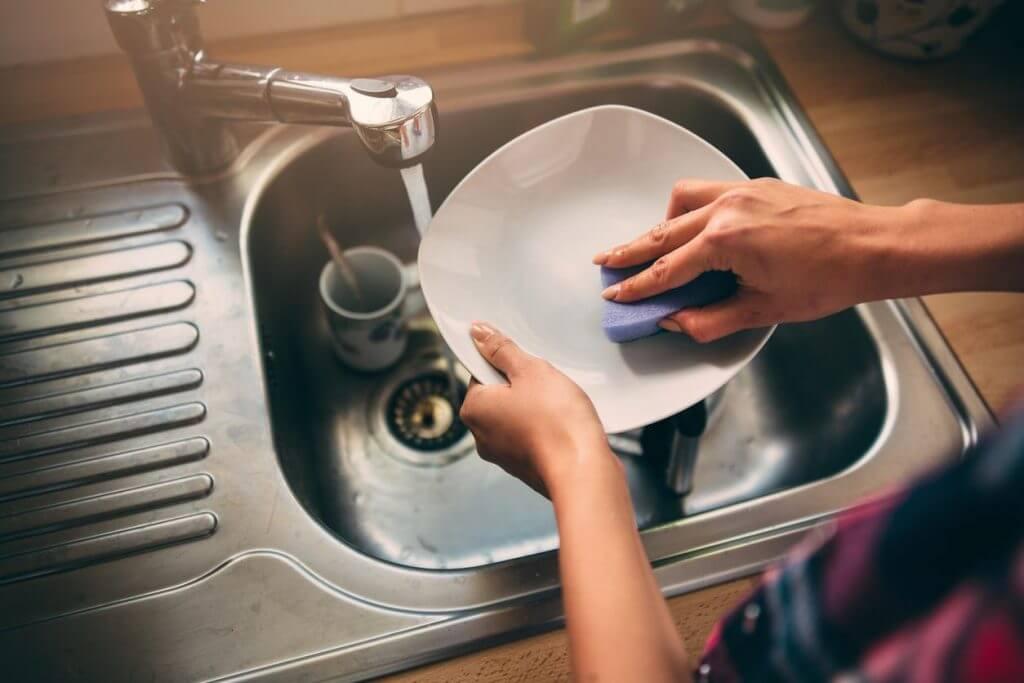 Как и чем чистить посуду в домашних условиях быстро и эффективно