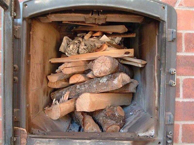 Какие дрова лучше для печки: плюсы и минусы дубовых, берёзовых и еловых поленьев для отопления частного дома