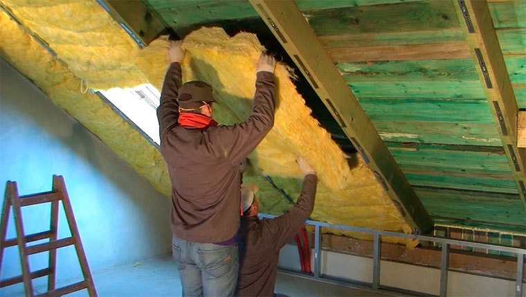 Как и чем утеплить крышу частного дома правильно?