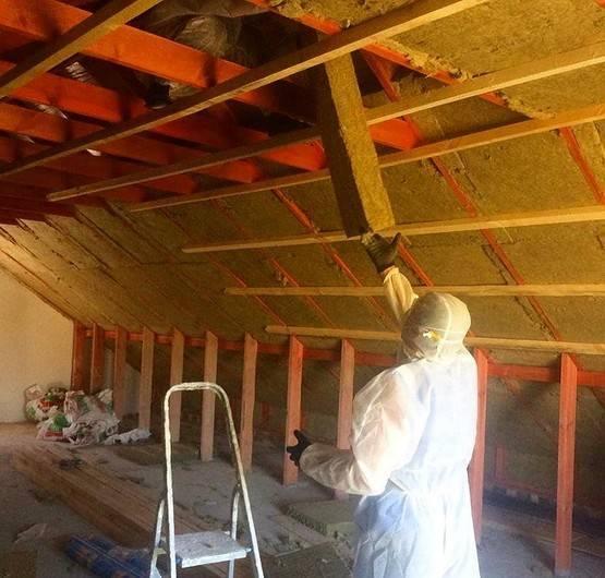 Как правильно утеплять двухскатной крыши?