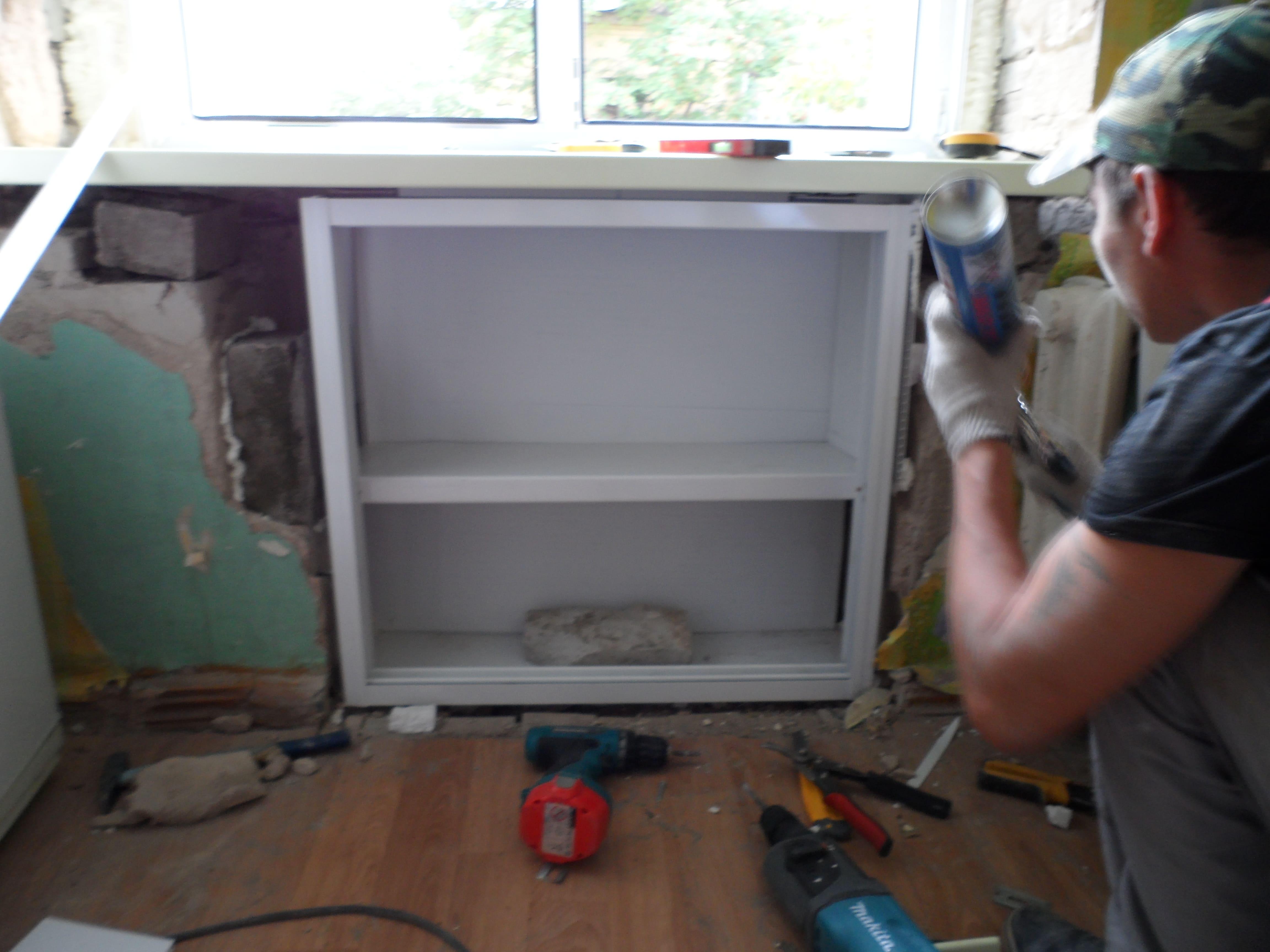 Холодильник под окном: пошаговая отделка хрущевской ниши 30 фото