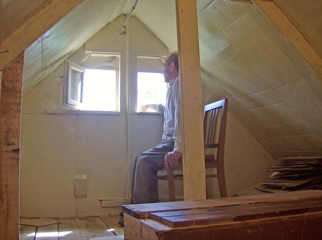 Утепление чердака в доме с холодной крышей: как утеплить пол и потолок помещения в частном доме и какой предпочесть утеплитель, технология обивки минватой и другими видами материалов