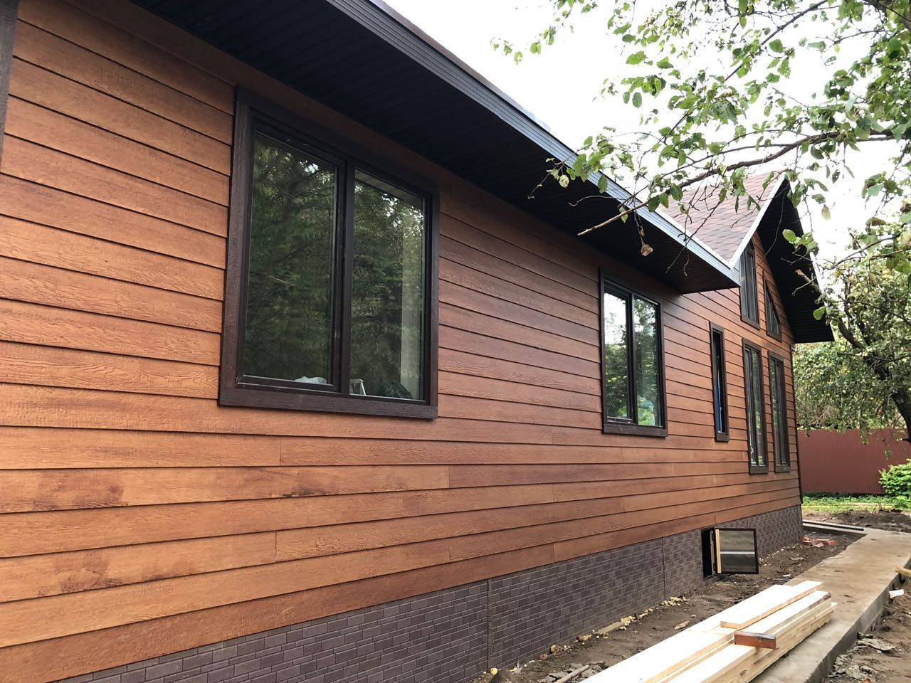 Чем обшить дом снаружи: преимущества и недостатки разных материалов для фасада, фото