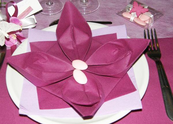 Как красиво сложить салфетки на стол и под приборы: 16 вариантов