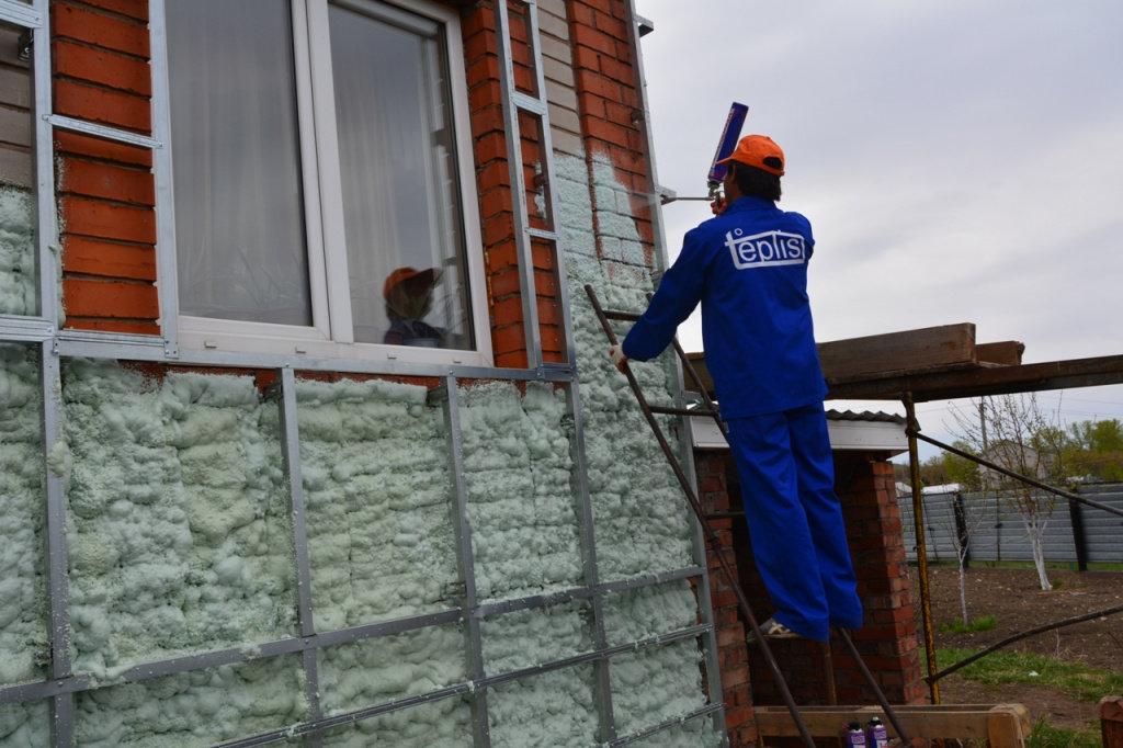 Утепление пеноизолом стен и крыш домов