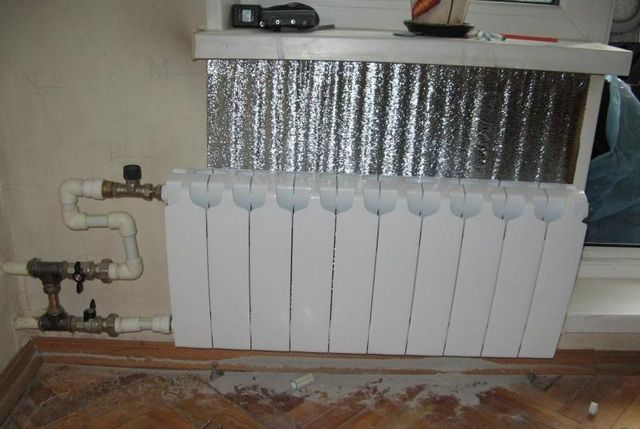 Ставим теплоотражающий экран за радиатором