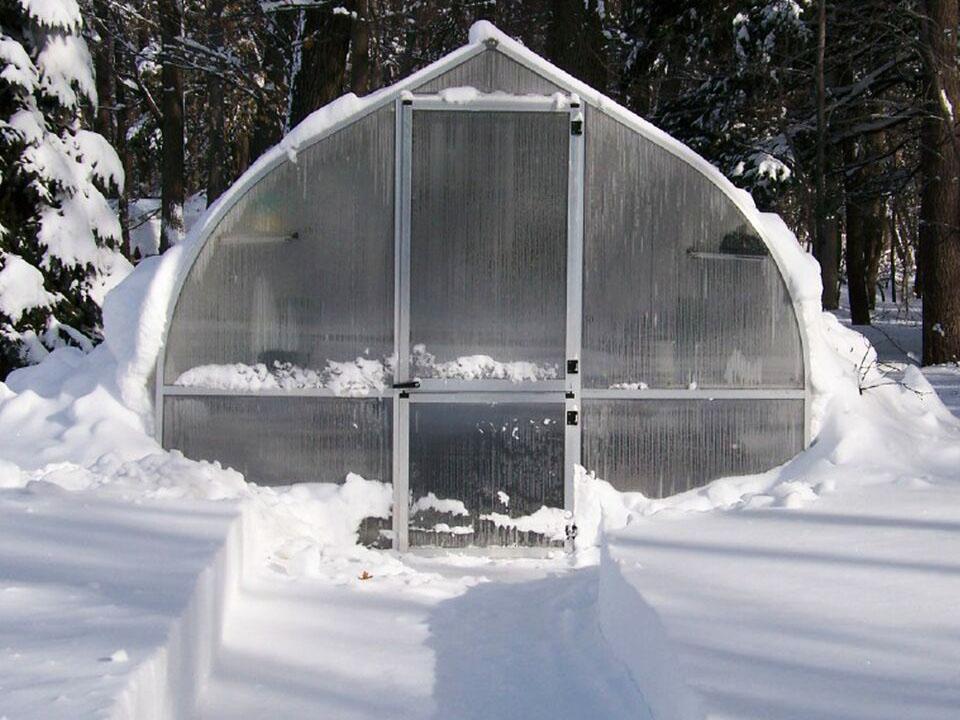 Как утеплить теплицу из поликарбоната: своими руками, на зиму, внутри, от заморозков – способы, советы
