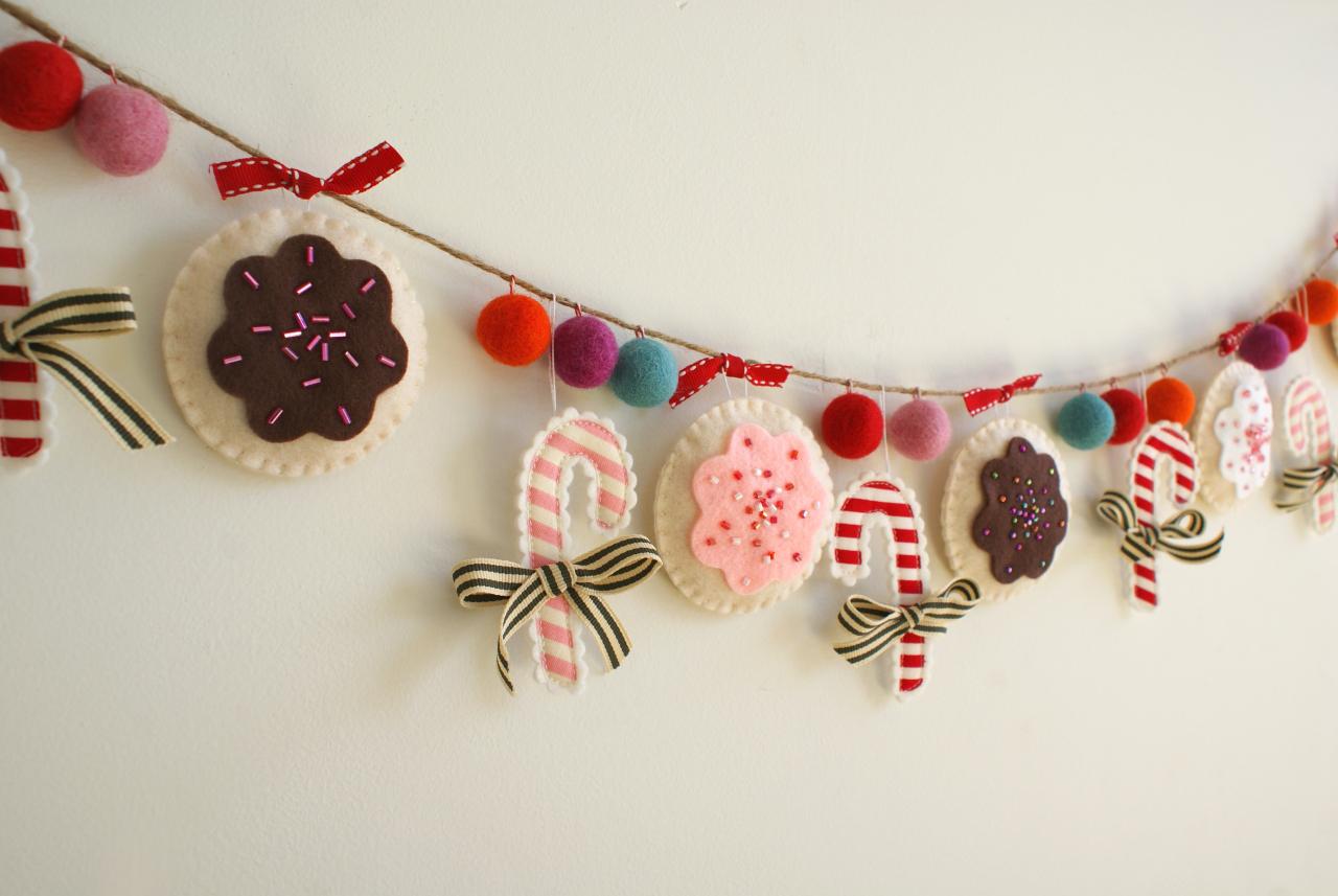 Новогодние гирлянды (80 фото): варианты украшений на новый год из фетра и шишек, электрические гирлянды-сетки на камин