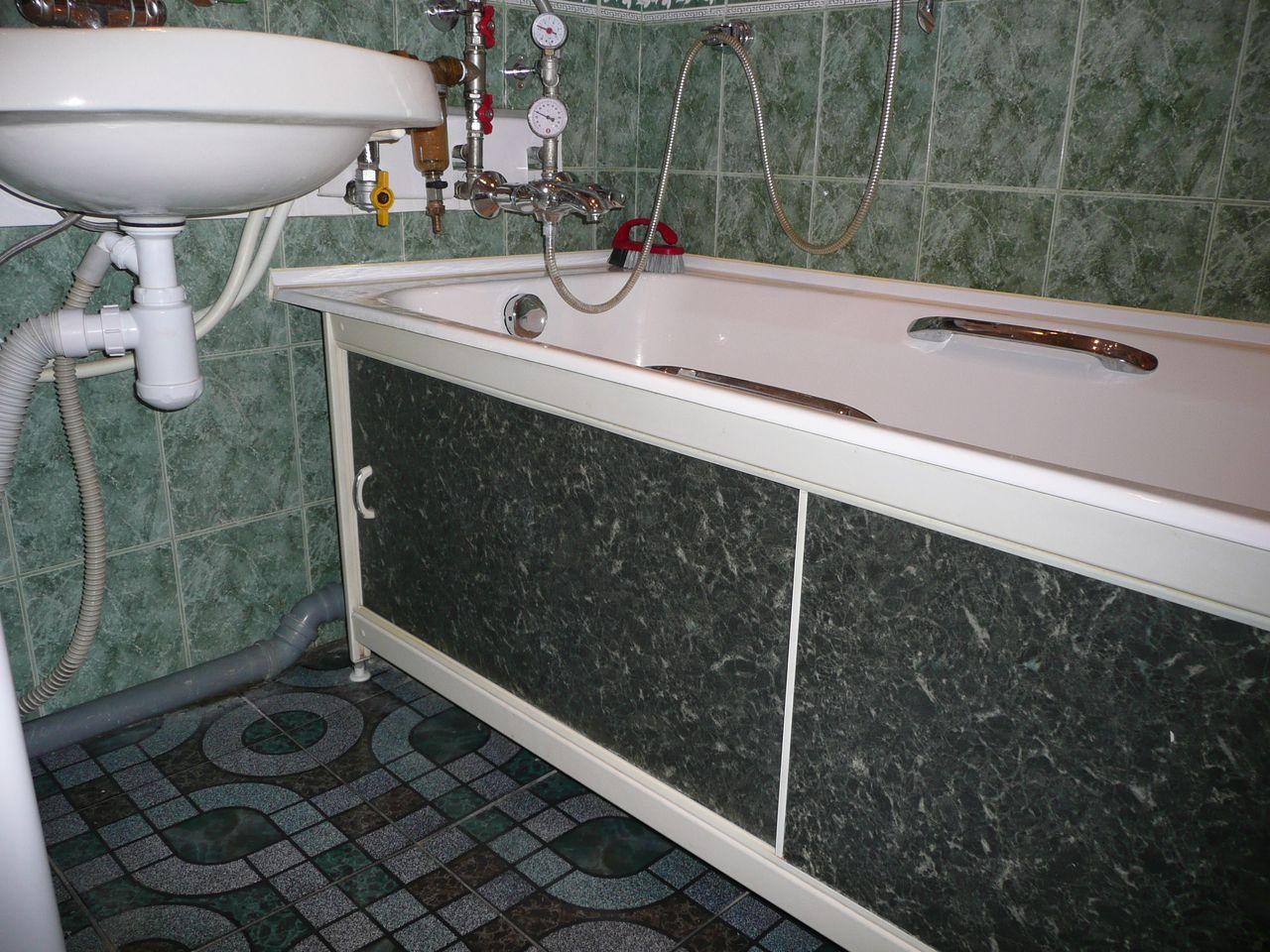 Экран из пластиковых панелей  для декорирования коммуникаций под ванной
