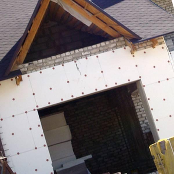 Утепляем деревянный дом пенопластом: правила монтажа