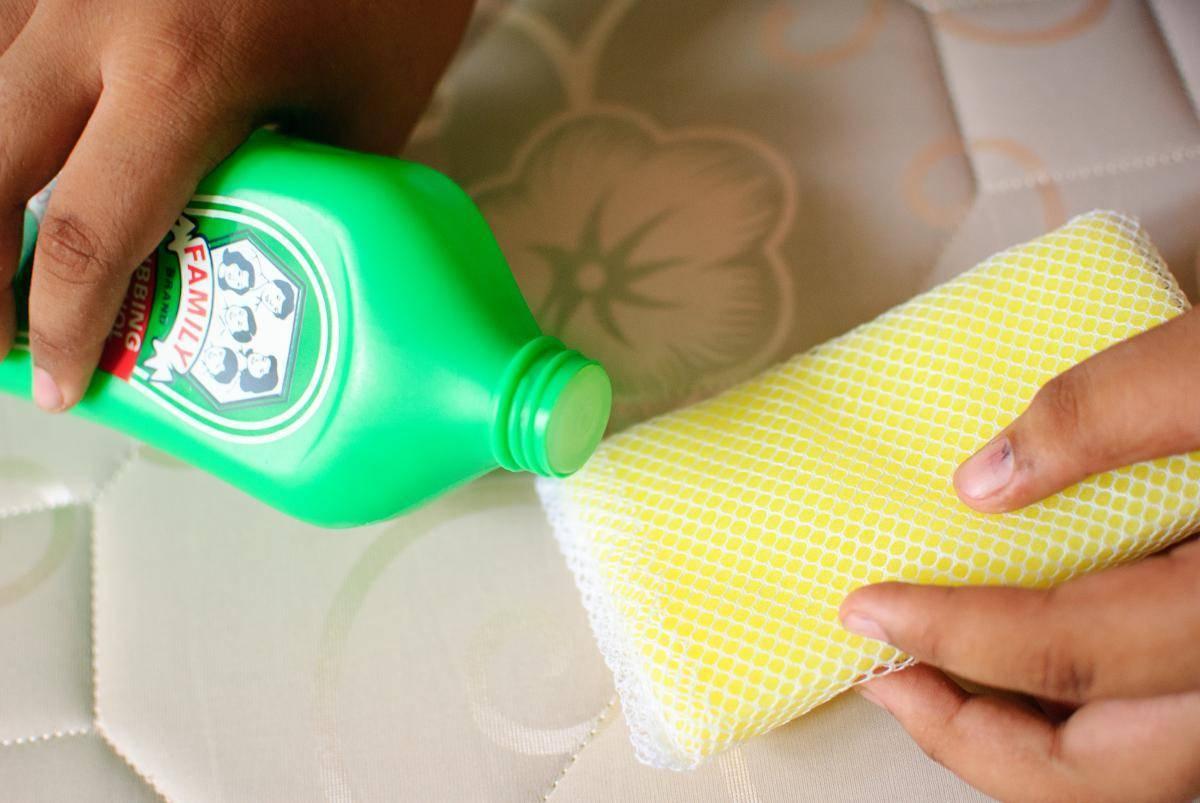 Как отмыть (вывести) кровь с матраса в домашних условиях