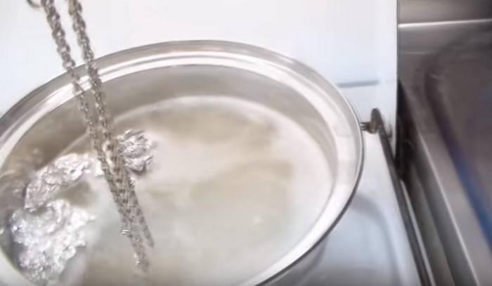 Чем и как почистить серебряную цепочку в домашних условиях от черноты быстро и эффективно — народные и профессиональные методы