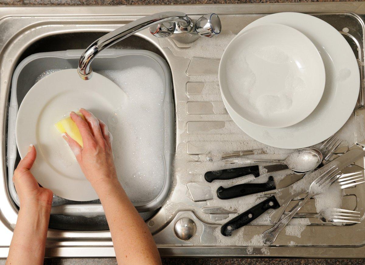 Как мыть посуду вручную правильно и быстро?