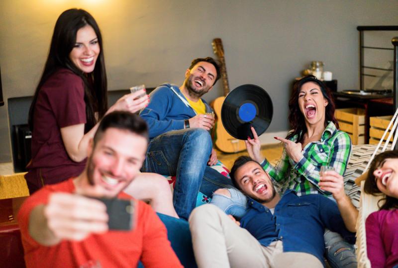 Домашняя своп-вечеринка: отличная идея, как обменять ненужные вещи на нужные