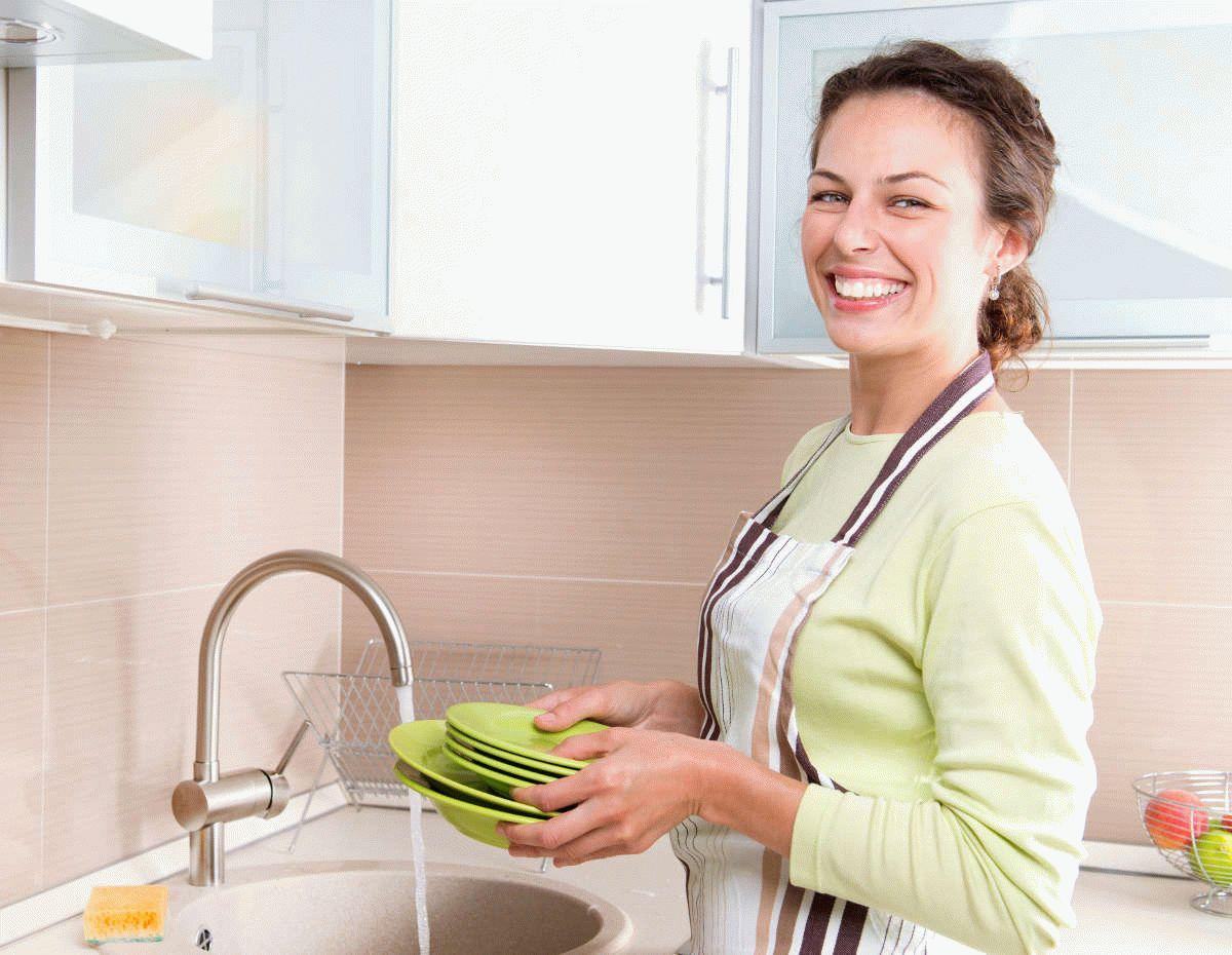 Как мыть посуду вручную и в посудомойке: советы и средства