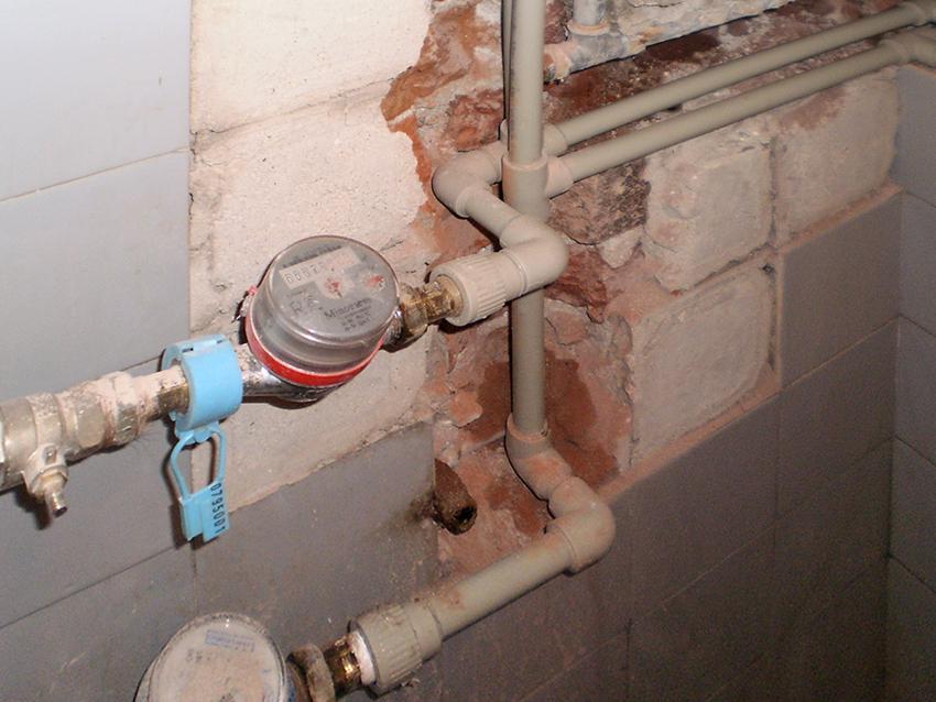 Замена счетчиков воды на электронные: обязательно ли снимать механические приборы, что говорит федеральный закон, а также в чем преимущества таких водомеров
