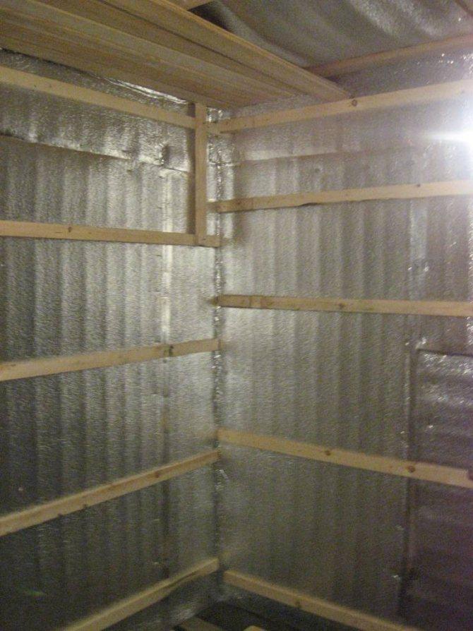 Доработка бани из бруса: межвенцовый утеплитель и стены изнутри