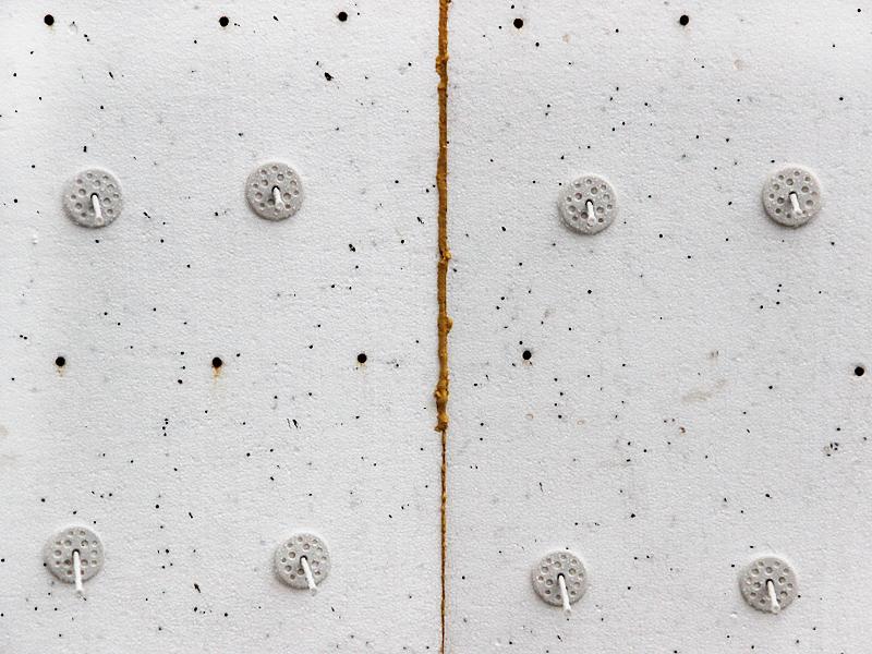 Как крепить пенопласт к различным поверхностям