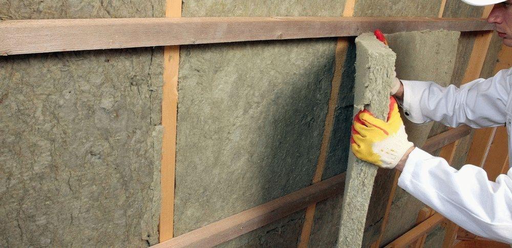 Как утеплить потолок, а также правильно защитить крышу от холода изнутри частного деревянного дома своими руками с помощью минваты и других материалов?