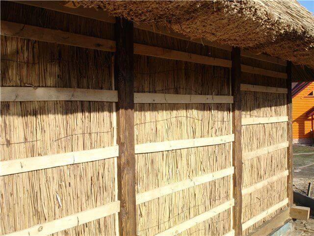 Технология теплоизоляции и преимущества утеплителя из соломы. утепление загородного дома соломой: преимущества и недостатки