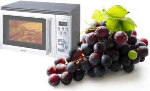 Почему виноград искрит в микроволновке