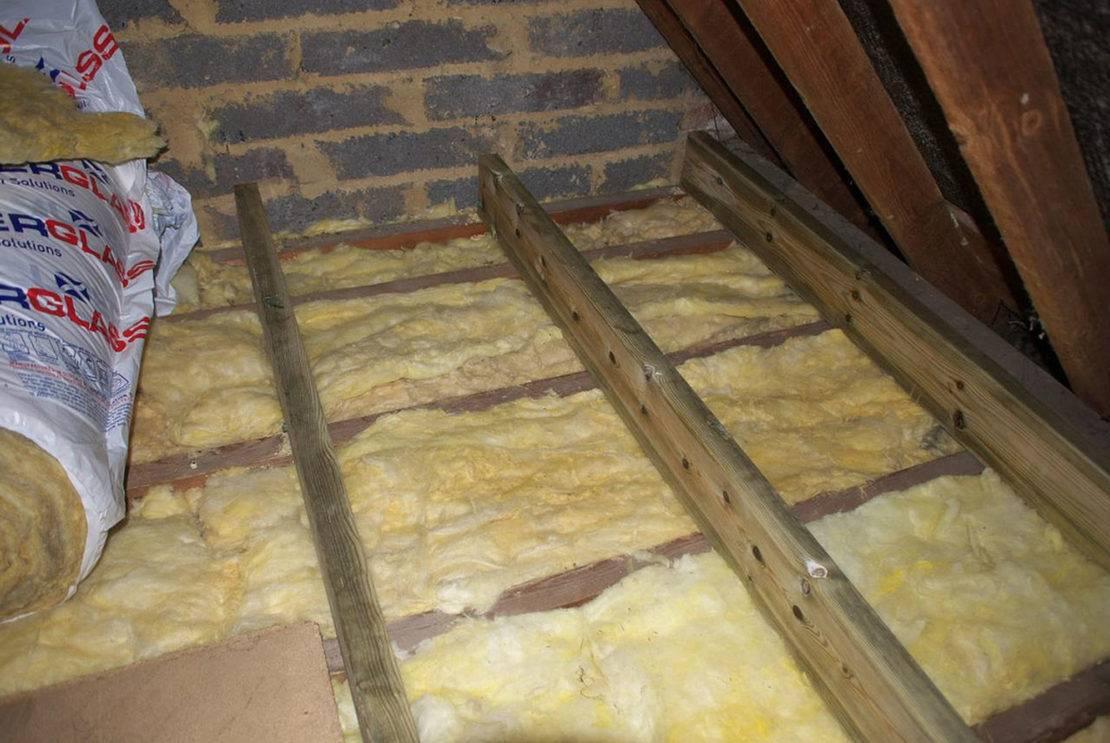 Утепление потолка в доме с холодной крышей: выбор утеплителя и способа установки