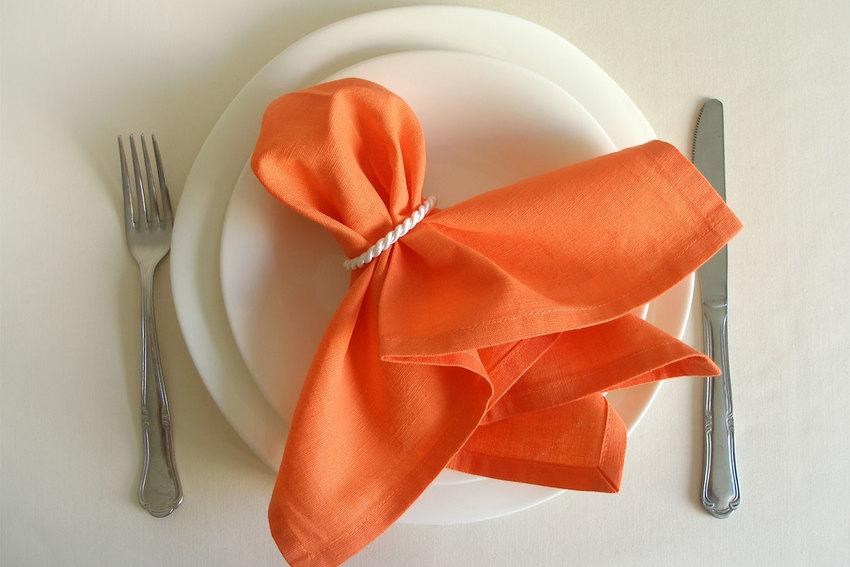Как красиво сложить и оформить салфетки для сервировки стола, техника и виды