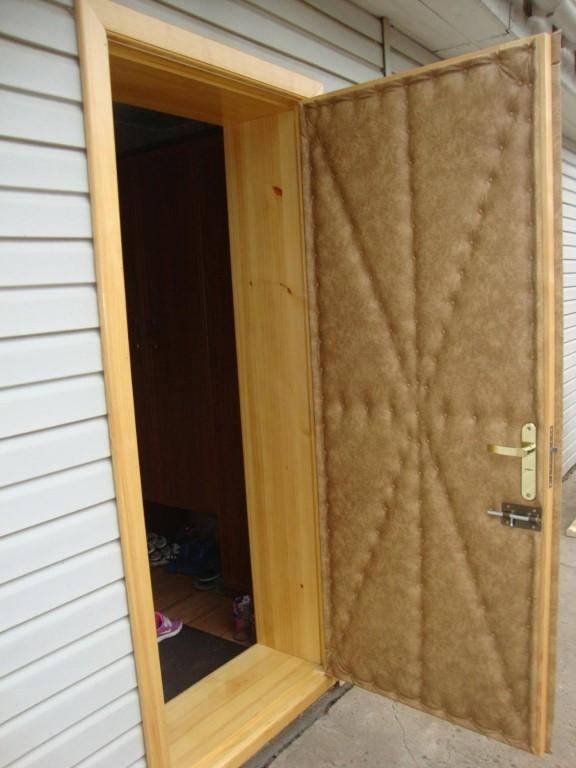 Как утеплить деревянную дверь своими руками