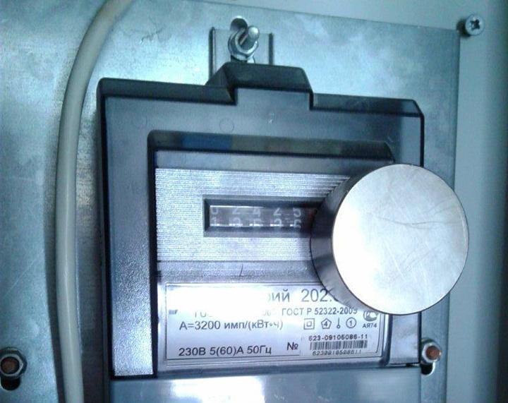 Штрафы за электроэнергию мимо счетчика: последствия установки магнита на электросчетчик
