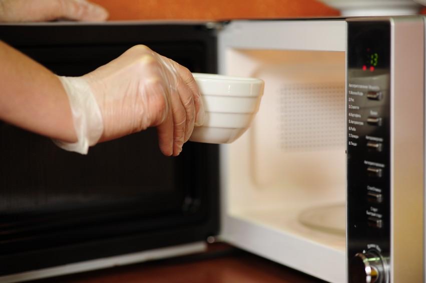 Почему нельзя греть молоко в микроволновке: правда ли, что это вредно