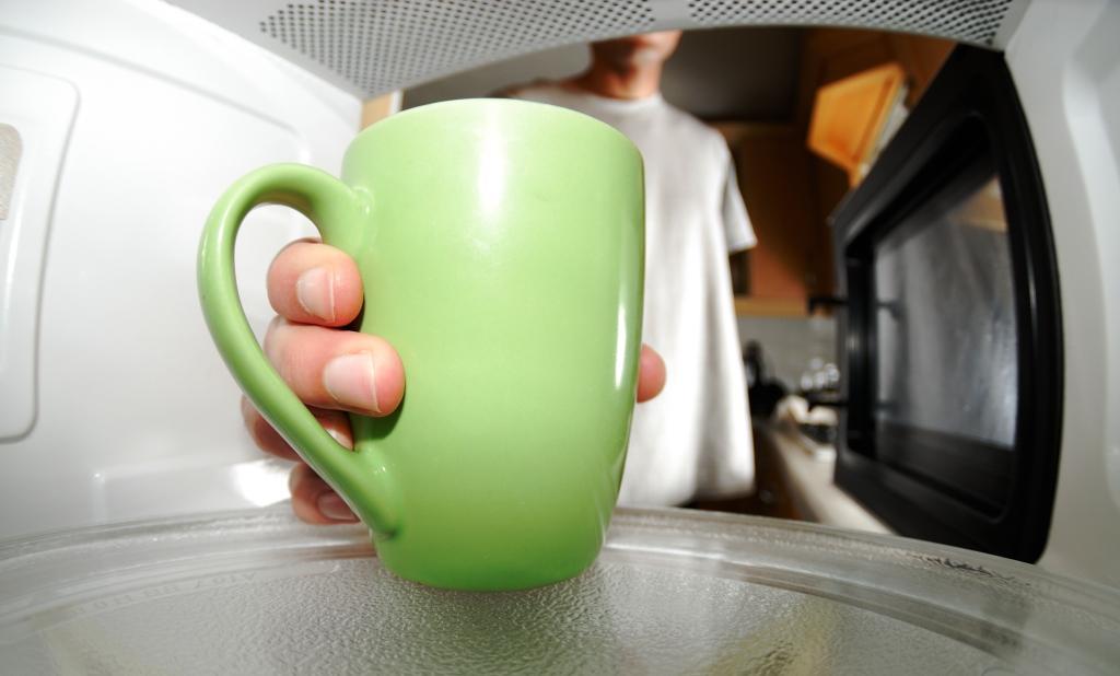 Можно ли молоко греть в микроволновке?