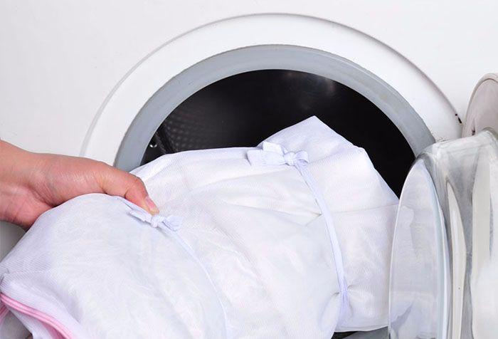 Как стирать шторы в стиральной машине, вручную или почистить их не снимая с карниза, особенности чистки для различных видов изделий