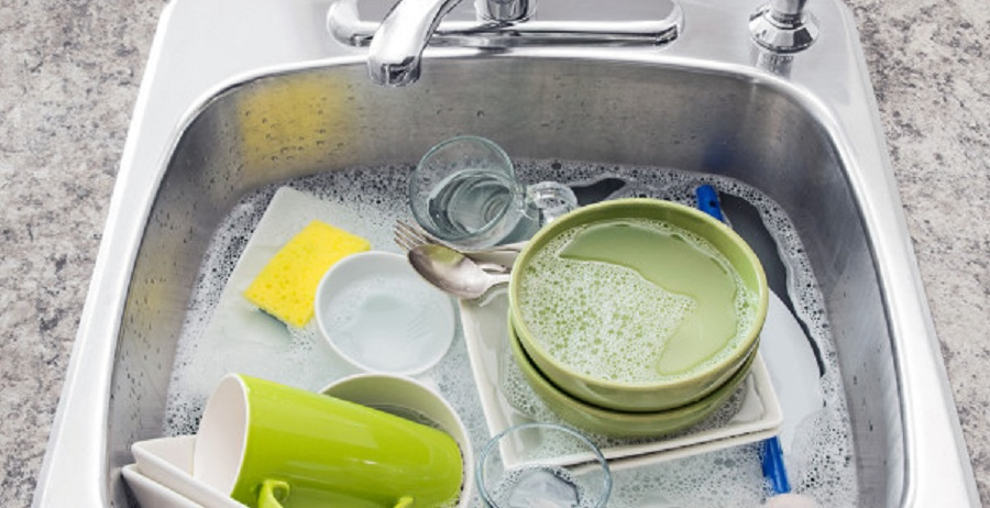 Как быстро помыть посуду руками без бытовой химии