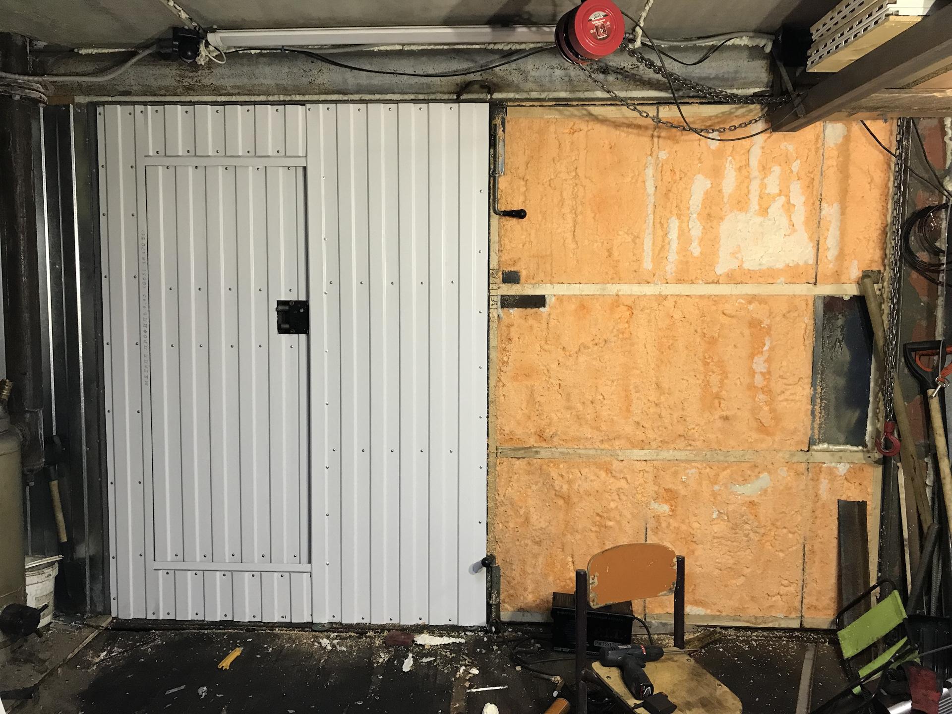 Утепление ворот гаража своими руками с уплотнением щелей монтажной пеной