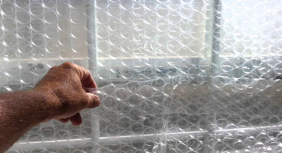5 неочевидных способов применения пузырчатой пленки в хозяйстве