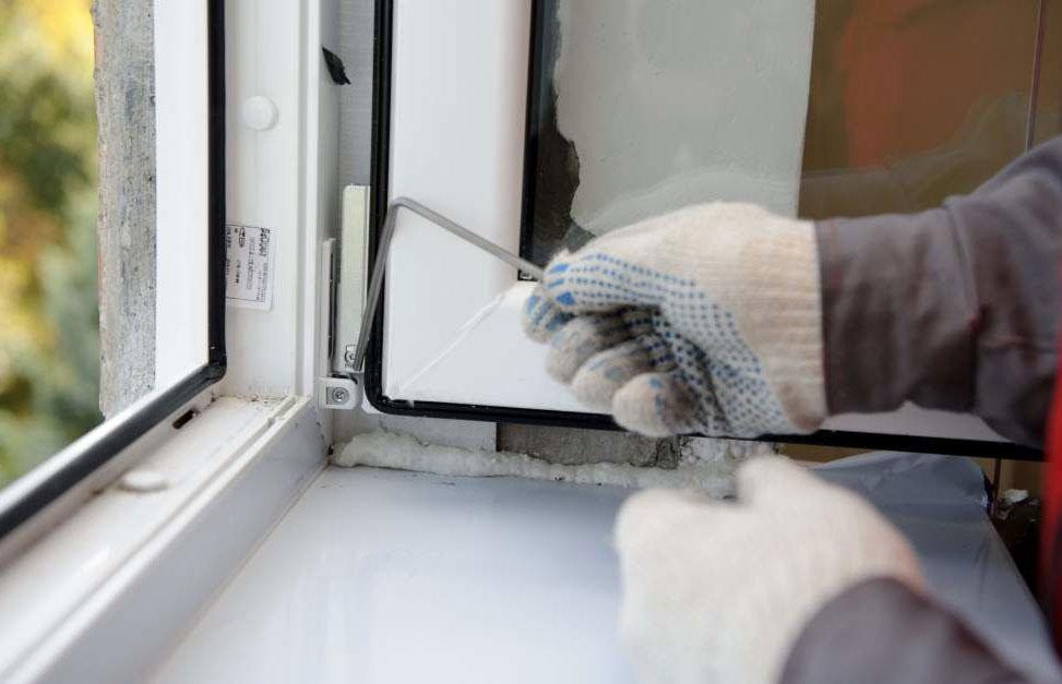 Как утеплить подоконник пластикового окна зимой для цветов, своими руками?