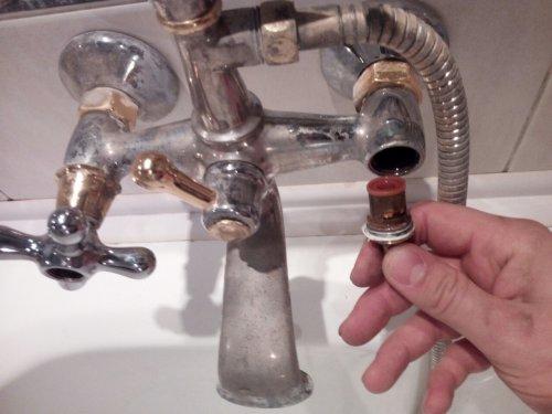 Сильно течет кран в ванной: как починить однорычажный смеситель без проблем