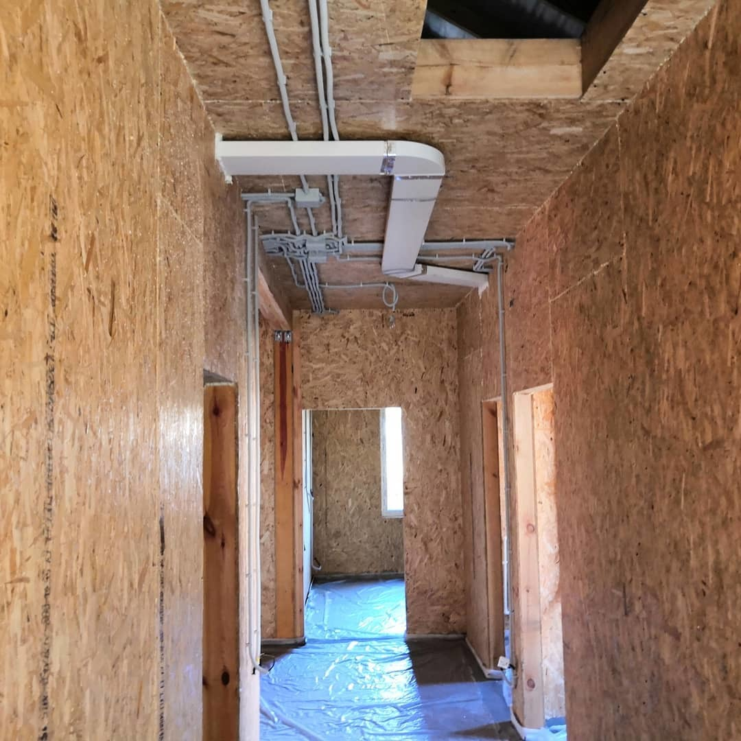 Отопление дома: видео-инструкция по монтажу своими руками, особенности обогрева строения из сип-панелей, бруса, цена, фото