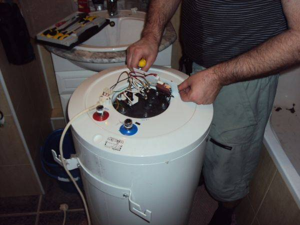 Очищаем водонагреватель от накипи и запаха