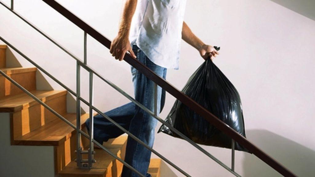 Примета: почему нельзя выносить мусор вечером, на ночь, что плохого будет, если его рассыпать