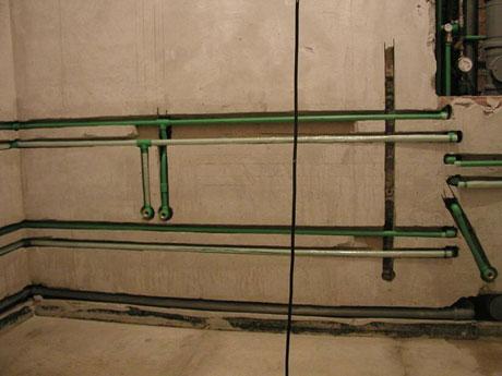 Крепление для полипропиленовых труб: клипсы, хомуты, их применение и прокладка трубы в штробе