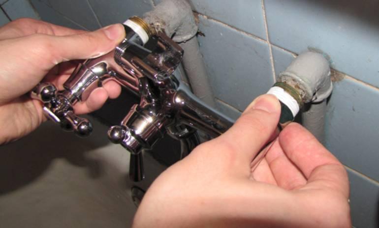 Что делать, если протекает кран на кухне: починить своими руками