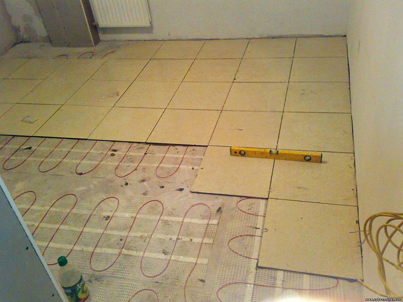 Как правильно укладывать плитку на водяной теплый пол?