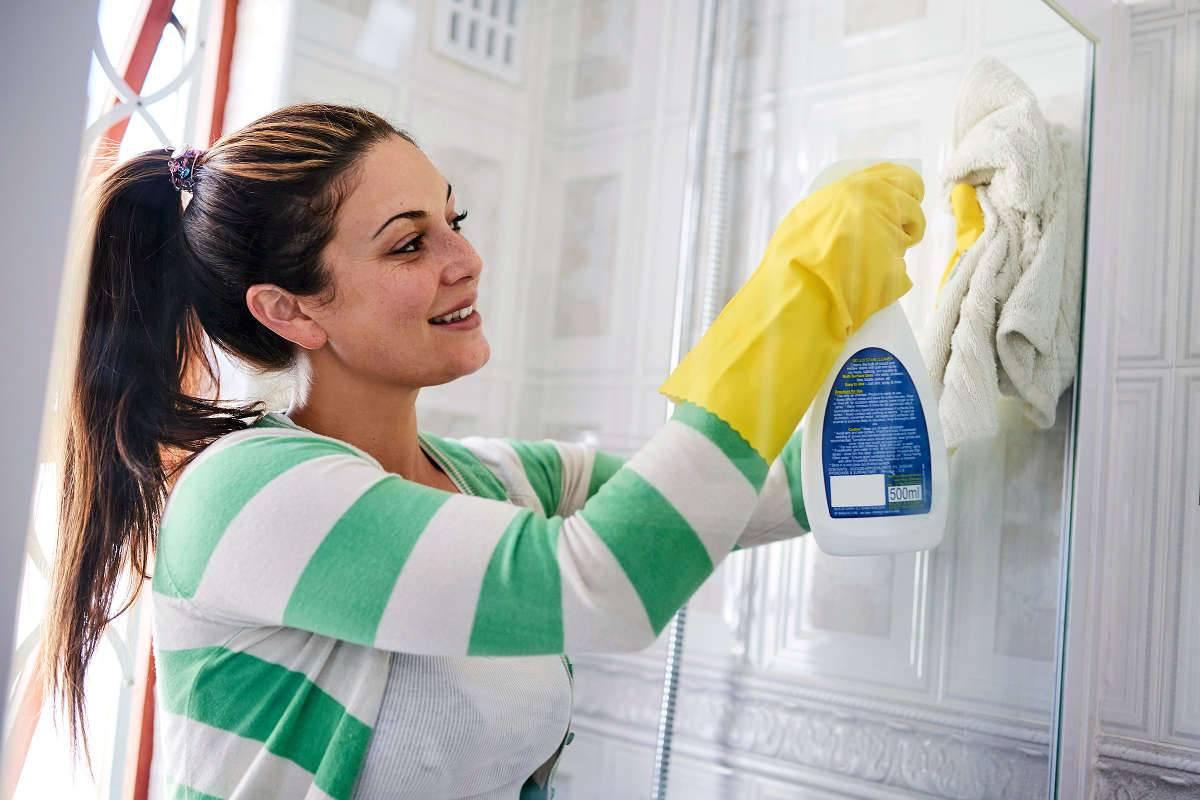 Чем почистить и как отмыть душевую кабину от известкового налета