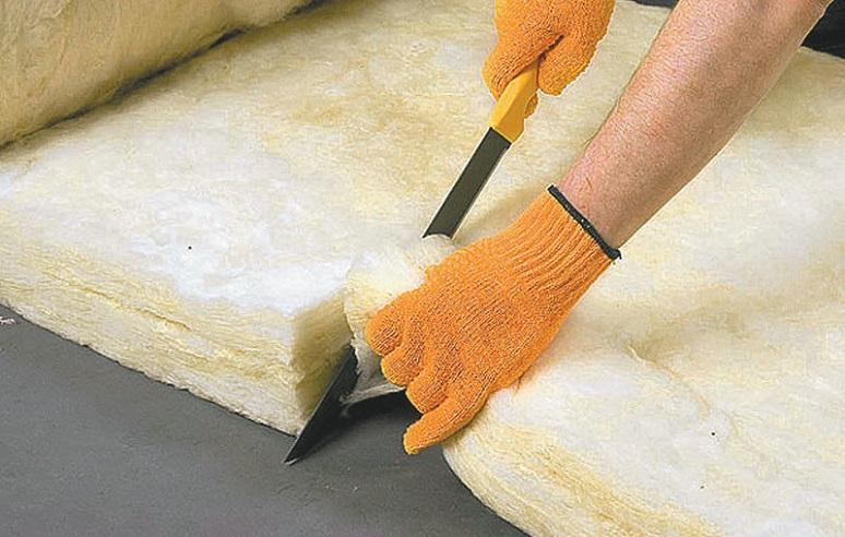 Как резать рулонный утеплитель кнауф. чем резать утеплитель из минеральной ваты. чем резать базальтовый утеплитель и как его укладывать на поверхность