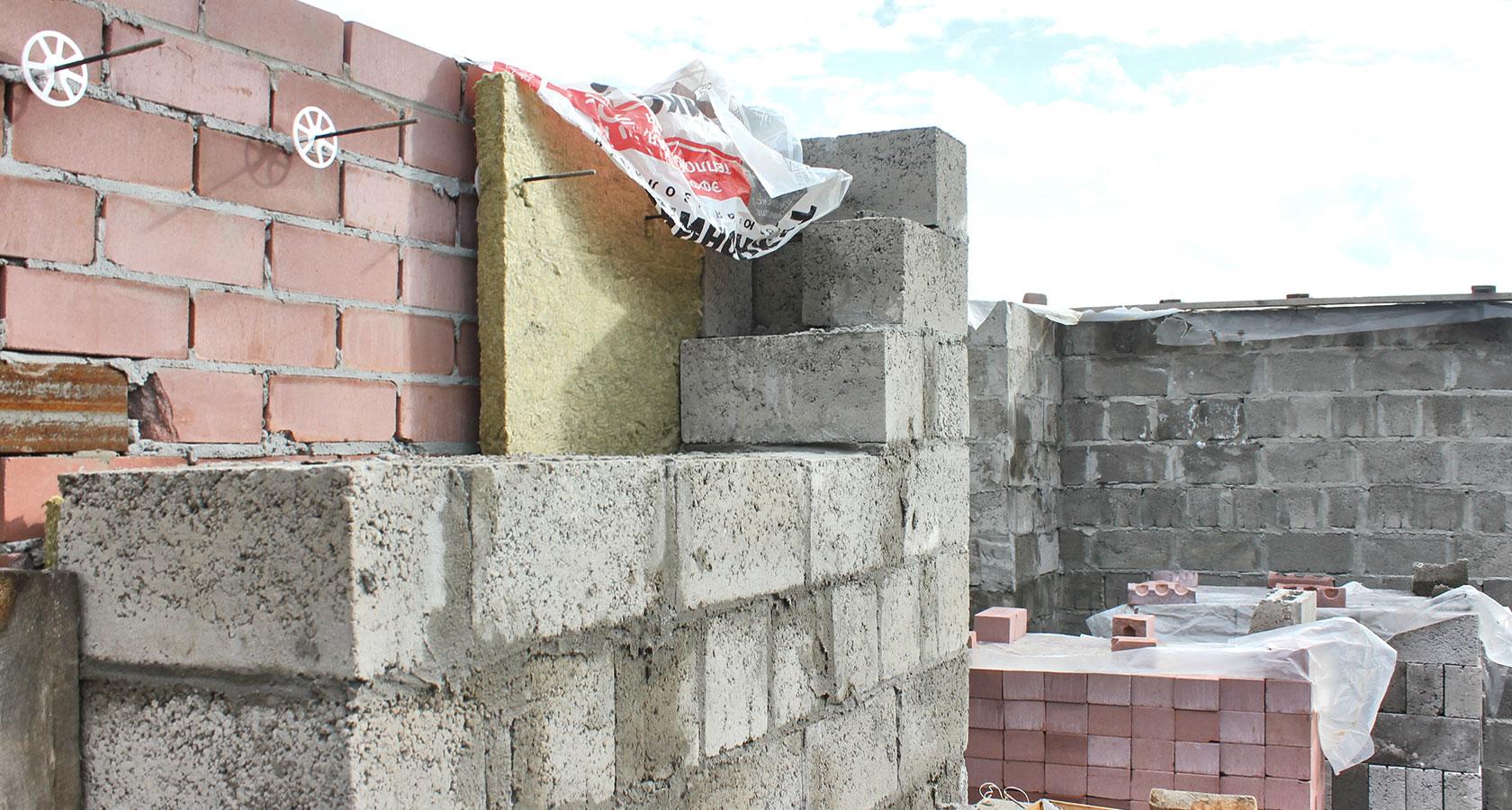 Как и чем утеплить стены из керамзитобетонных блоков (снаружи и изнутри)