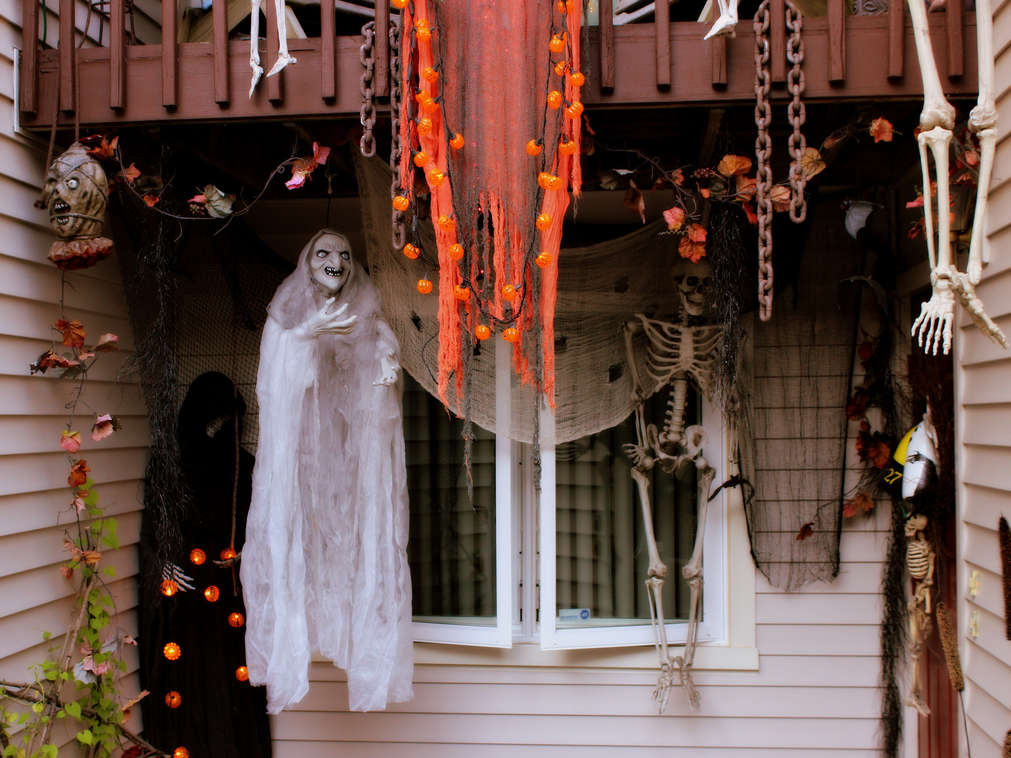 Декор дома на хэллоуин: 25 идей для украшения и еще чуть-чуть