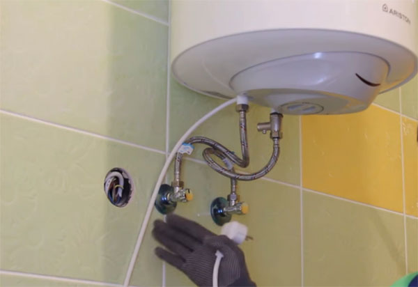 Крепление водонагревателя к стене своими руками